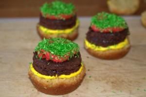 Frau-Hoffmanns-Burger-Cupcakes-1